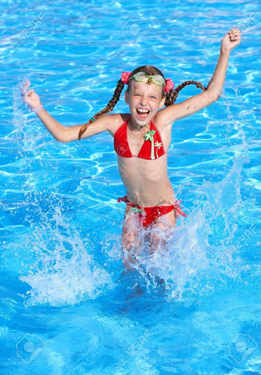 Сняли девочек в бассейне 3 фотография