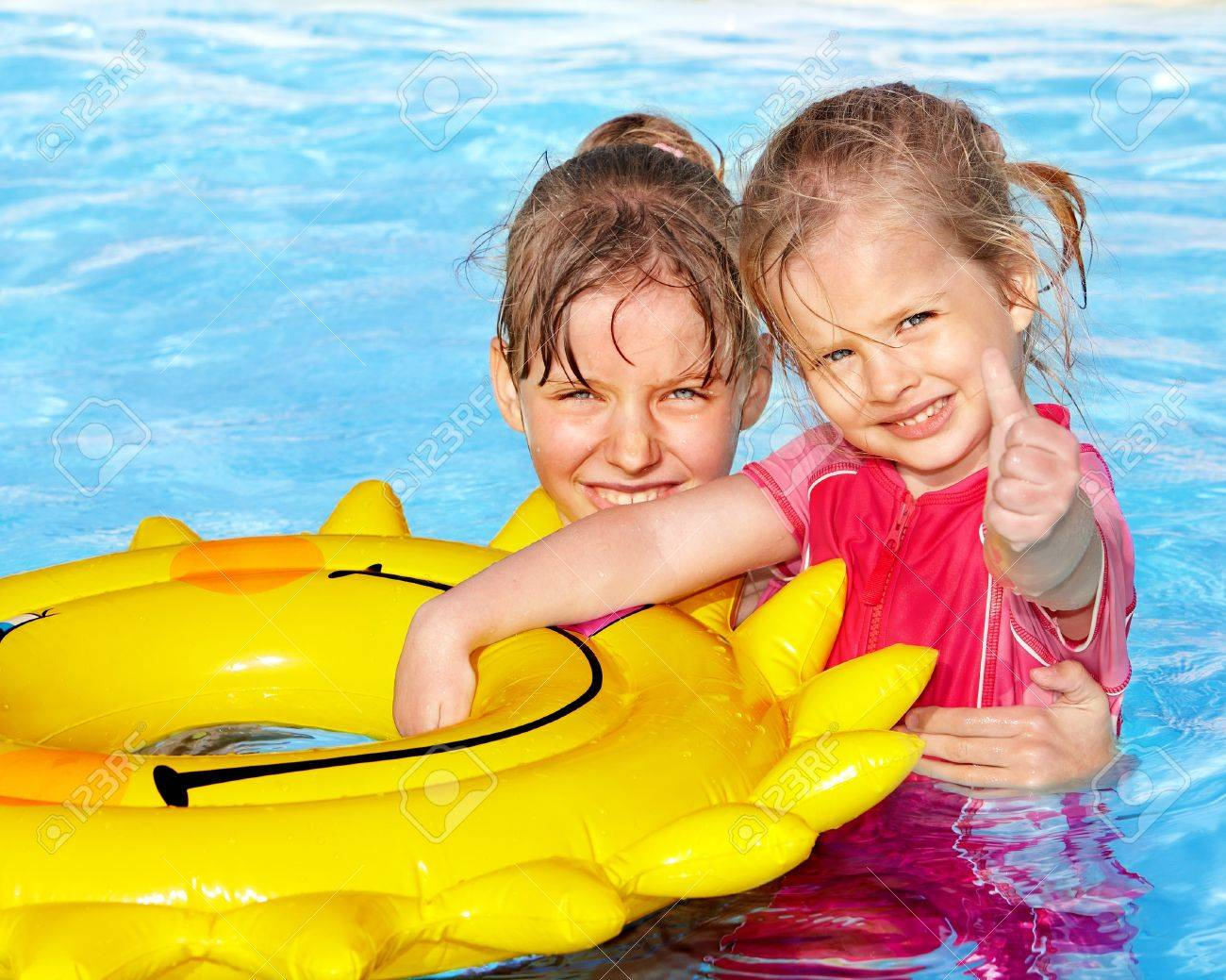 Сняли девочек в бассейне 4 фотография