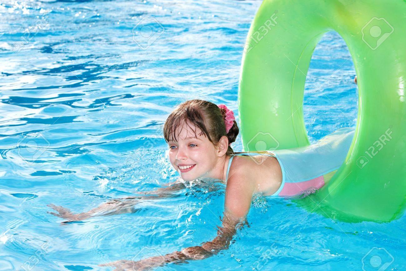 Сняли девочек в бассейне 7 фотография