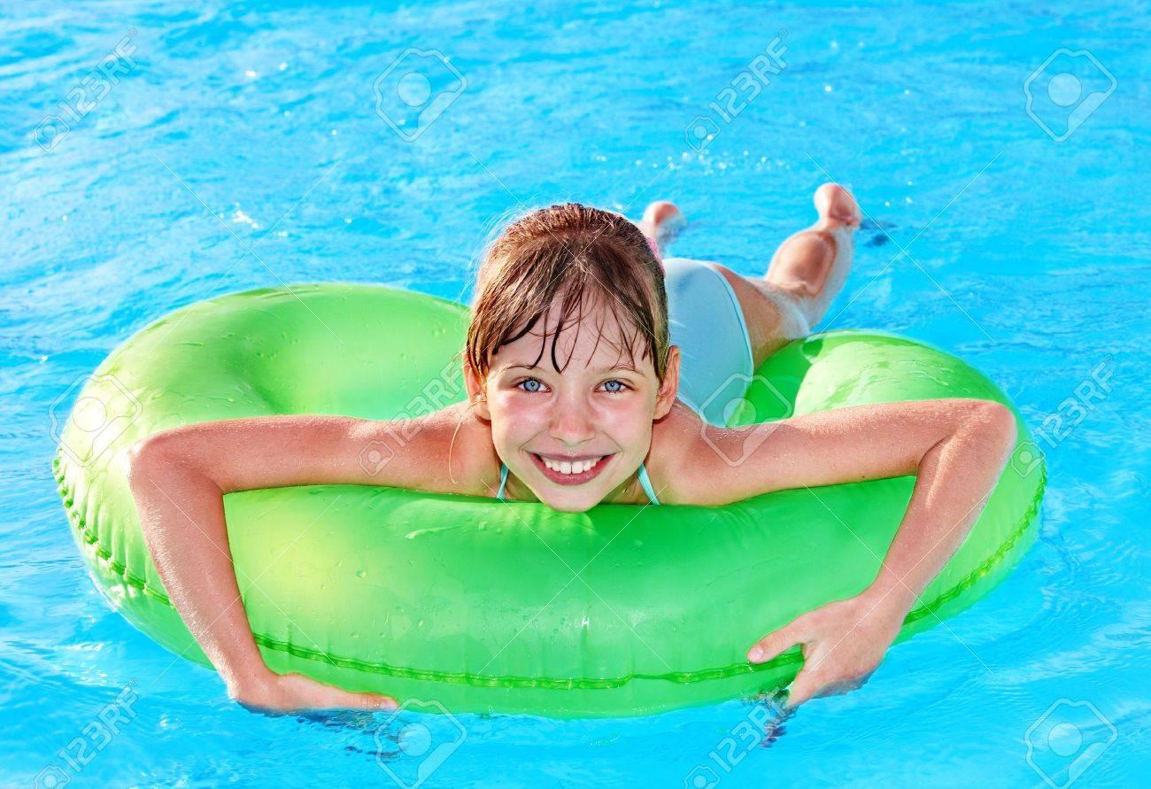 Сняли девочек в бассейне 5 фотография
