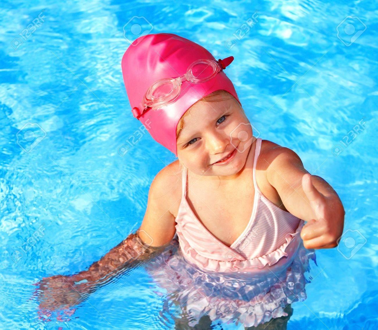 Сняли девочек в бассейне 14 фотография