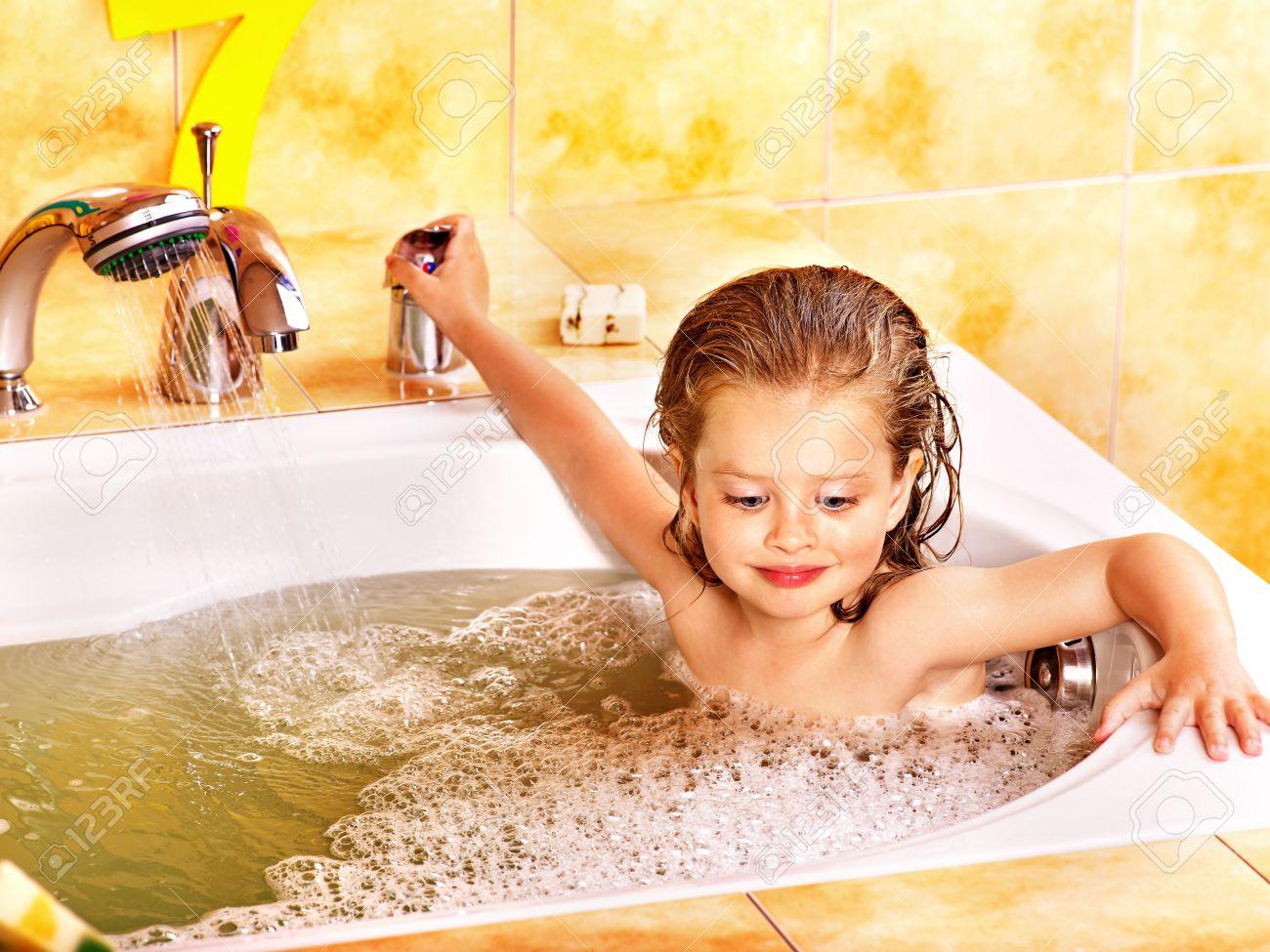 Смотреть бесплатно в онлайне как моются женщины, Эротика и порно, снятые в бане или в сауне смотреть 17 фотография