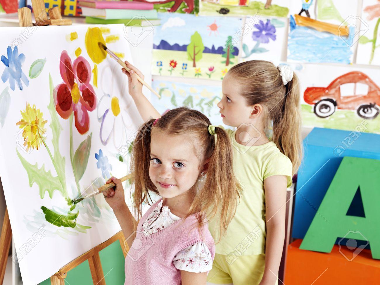 Niños Pintando En Caballete En La Clase De Arte. Fotos, Retratos ...