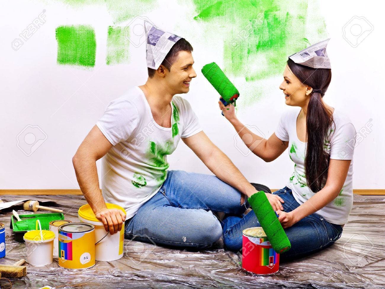 Happy family paint wall at home. - 25226340