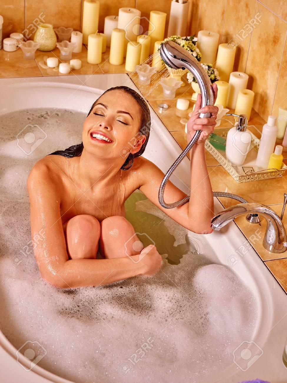 В ванной моется женщина