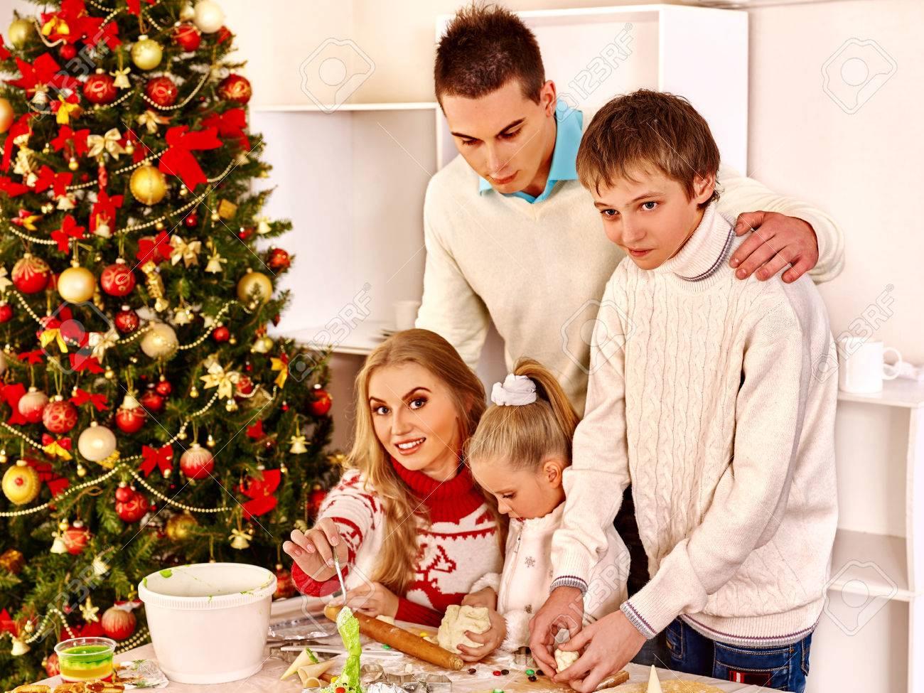 Glückliche Familie Mit Zwei Kindern Teig In Weihnachts Küche Rollen ...
