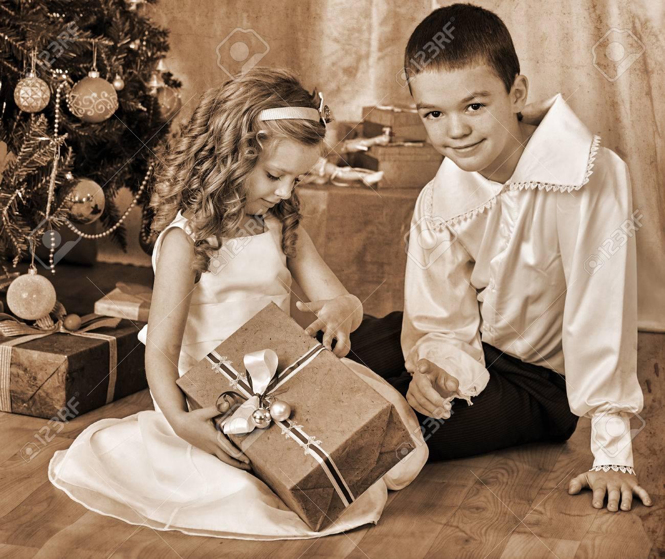 Regali Di Natale Fratello.Bambini Felici Fratello E Sorella Regali Aperti Sotto L Albero Di Natale In Bianco E Nero Retro Vintage