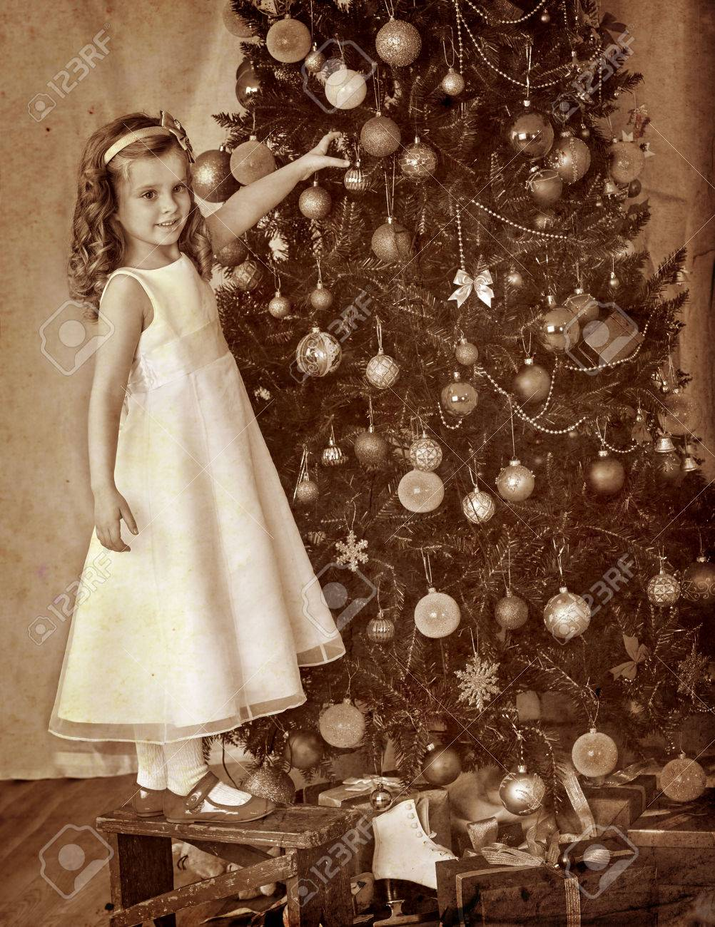 Immagini Natale Vintage.Immagini Stock Bambina A Sedia Decorare Albero Di Natale Vintage Retro In Bianco E Nero Image 48281556