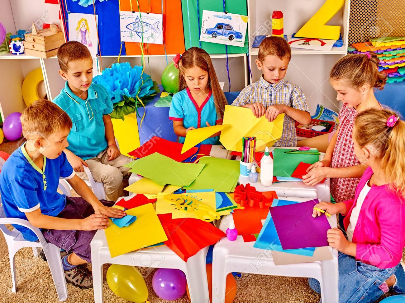 Niños De Grupo Con Papel De Color En La Lección De Oficio En El ...