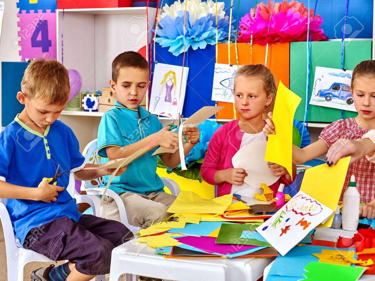 Bambini Gruppo Fanno Applique Di Carta Colorata Sul Tavolo In ...