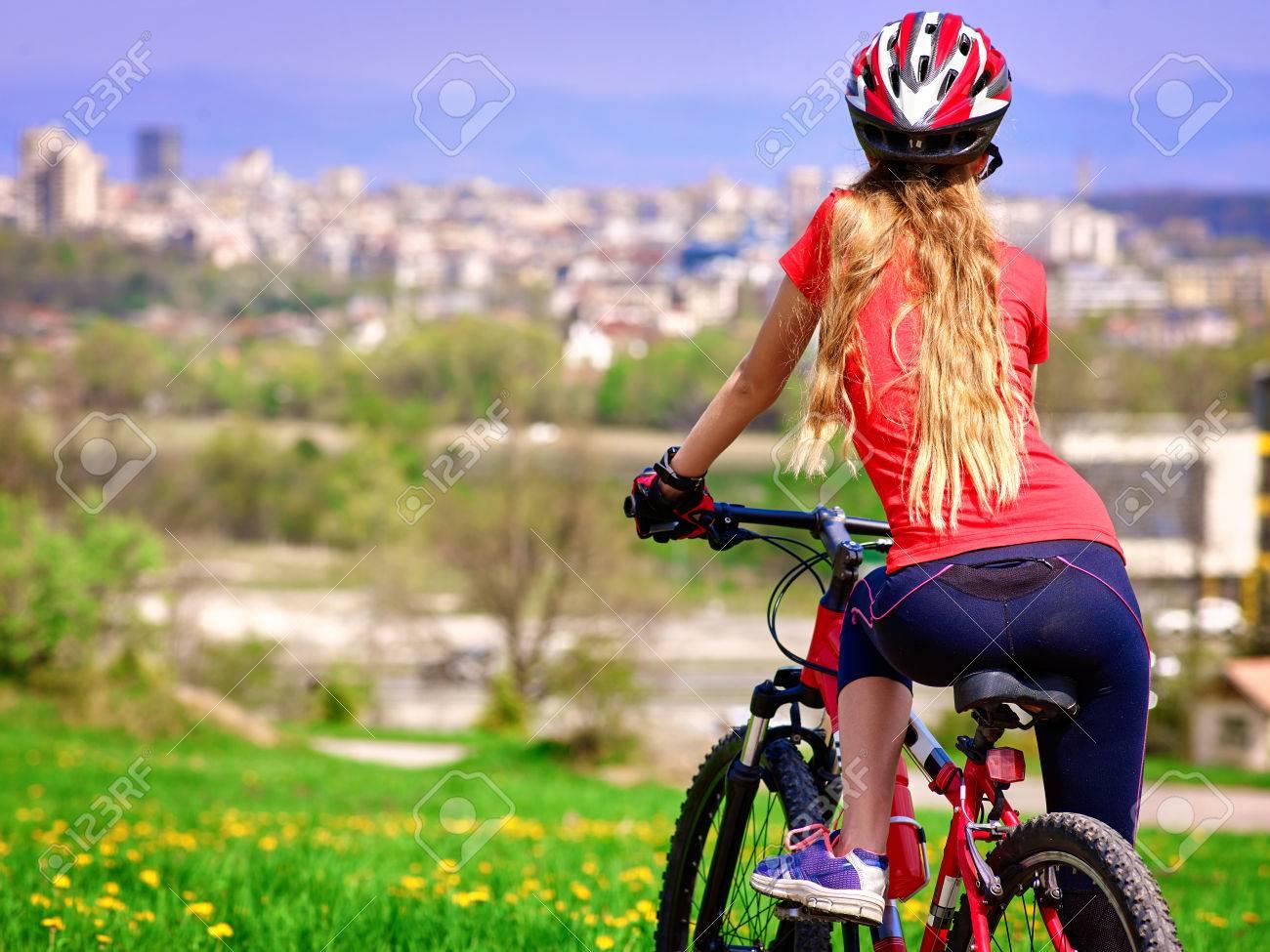 Biciclette In Bicicletta Ragazza La Ragazza Guida La Bicicletta In Città Ragazza In Bicicletta La Bicicletta è Buono Per La Salute Ciclista Sta