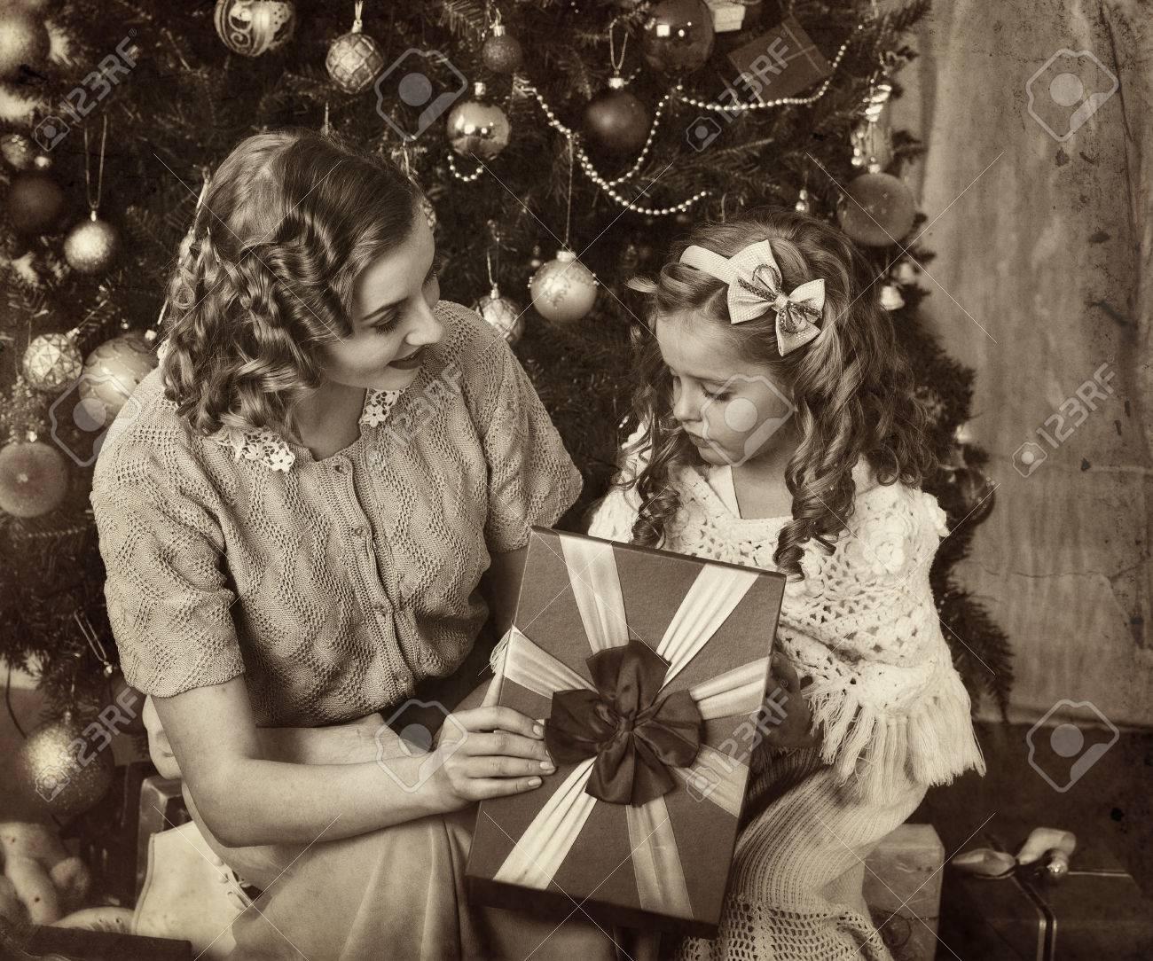Immagini Natale In Bianco E Nero.Bambino Con La Madre Riceve Vicino Albero Di Natale In Bianco E Nero Retro