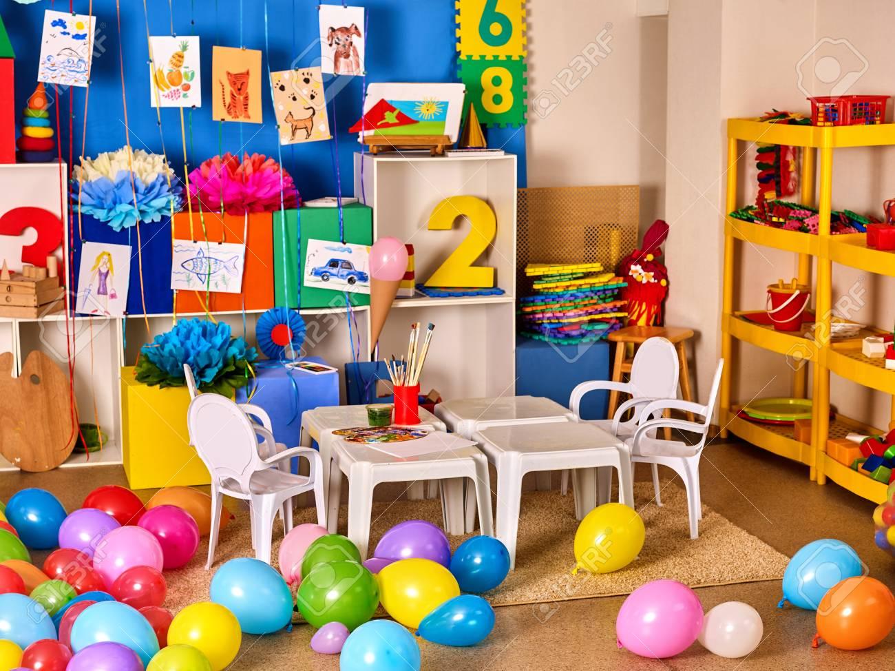 maternelle d�coration int�rieure enfant photo sur le mur. classe  pr�scolaire en attente des enfants. ballons de couleur sur le sol. salle de  jeux avec