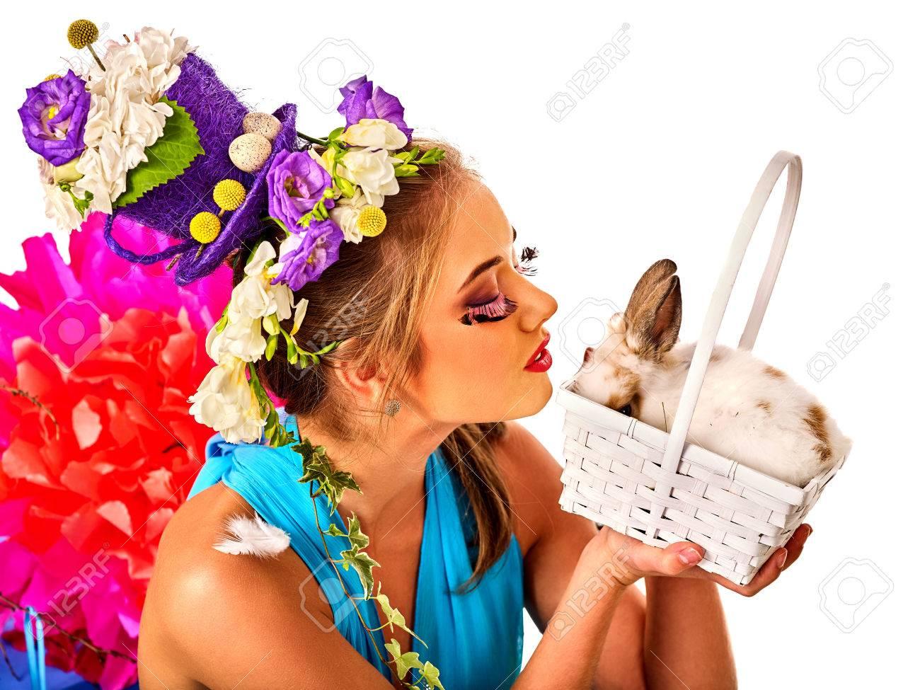 ostern-kleider für frauen. mädchen mit häschen und eier. frau mit urlaub  frisur und make-up mit kaninchen im korb mit blumen. erwachsene am  festival.
