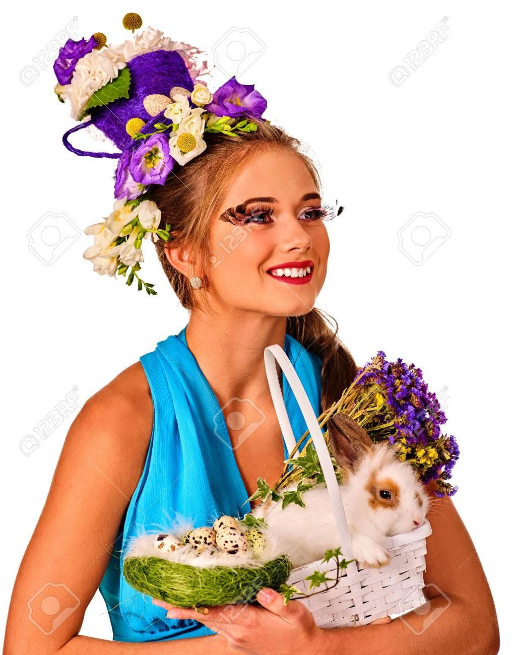 ostern-kleider für frauen. mädchen mit häschen und eier. frau in blau mit  urlaub frisur und make-up kaninchen mit blumen im korb halten. erwachsene  am
