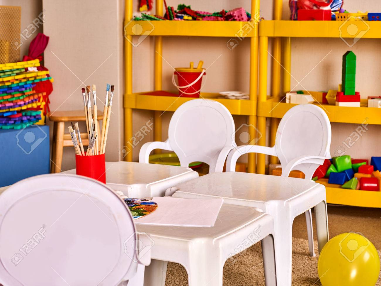 Tables de jardin d\'enfants et des chaises dans des étagères de décoration  d\'intérieur pour les jouets. classe préscolaire les enfants en attente. ...