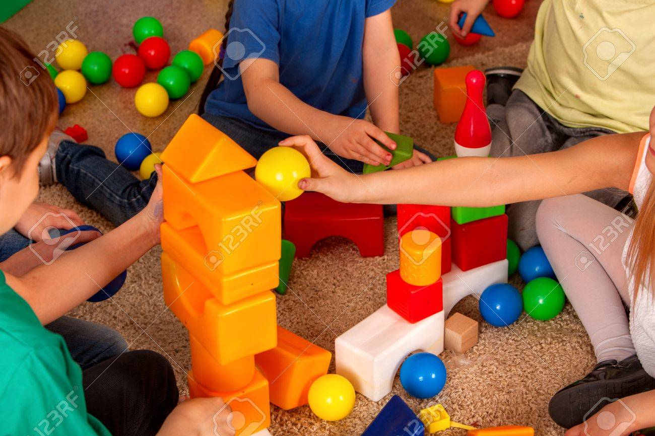 Ninos Jugando En Cubos De Ninos En Interiores Leccion En La Escuela