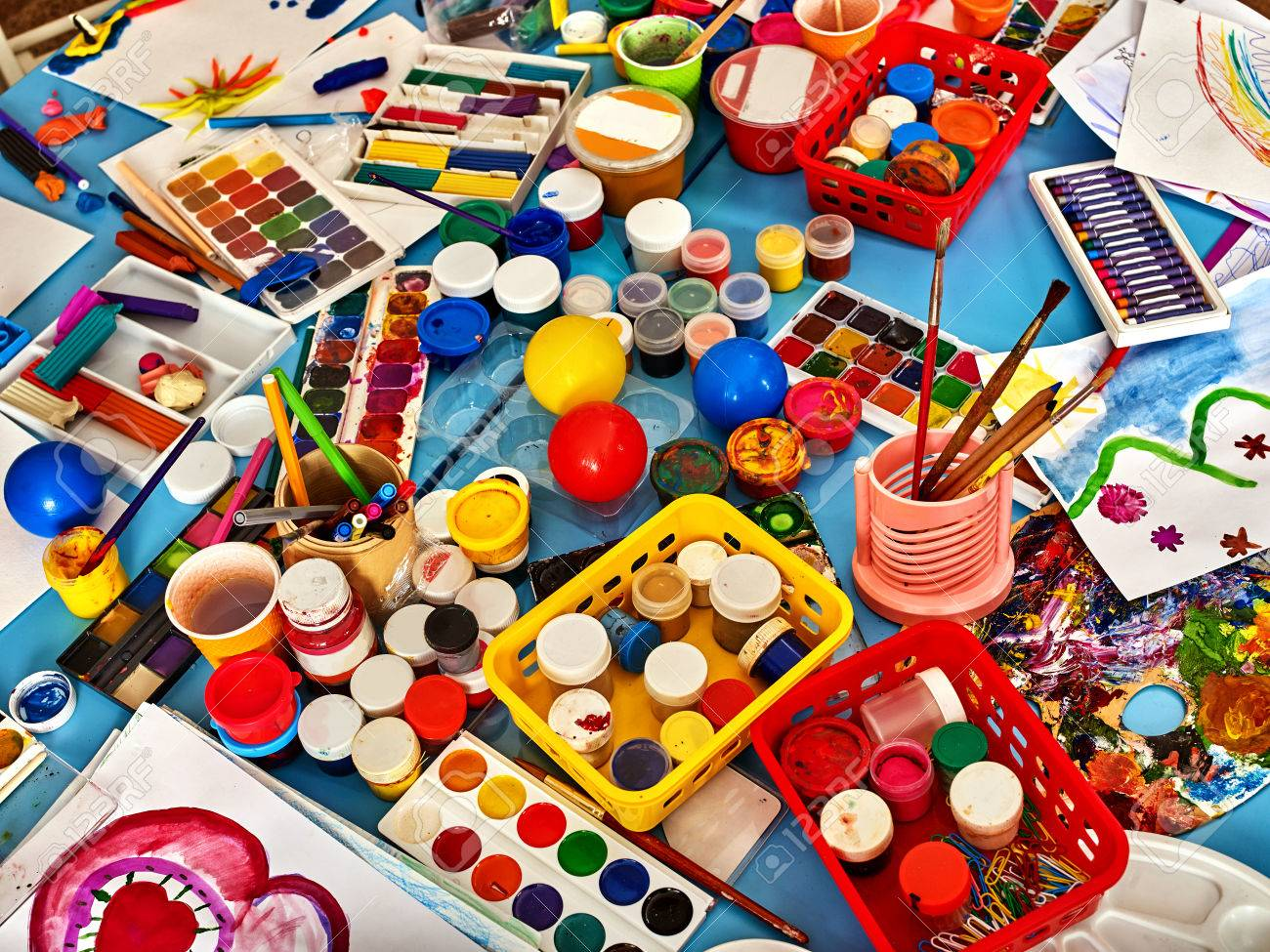 Tavoli Da Gioco Per Bambini : Tavoli da asporto con pennello. bambini in età prescolare in attesa