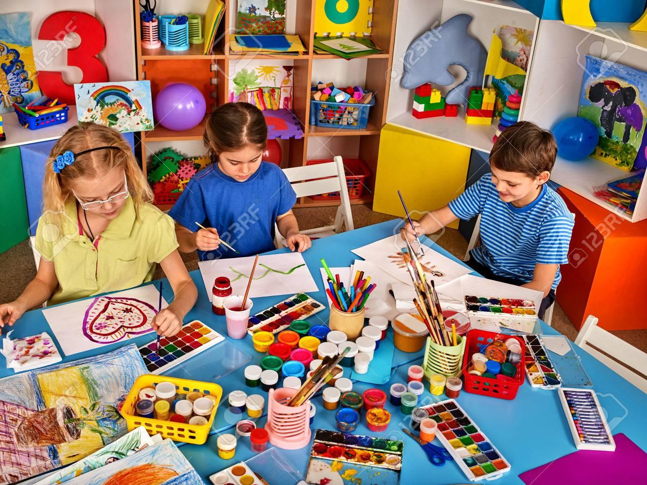 Pequeños Estudiantes De Pintura En La Escuela De Arte De Clase ...