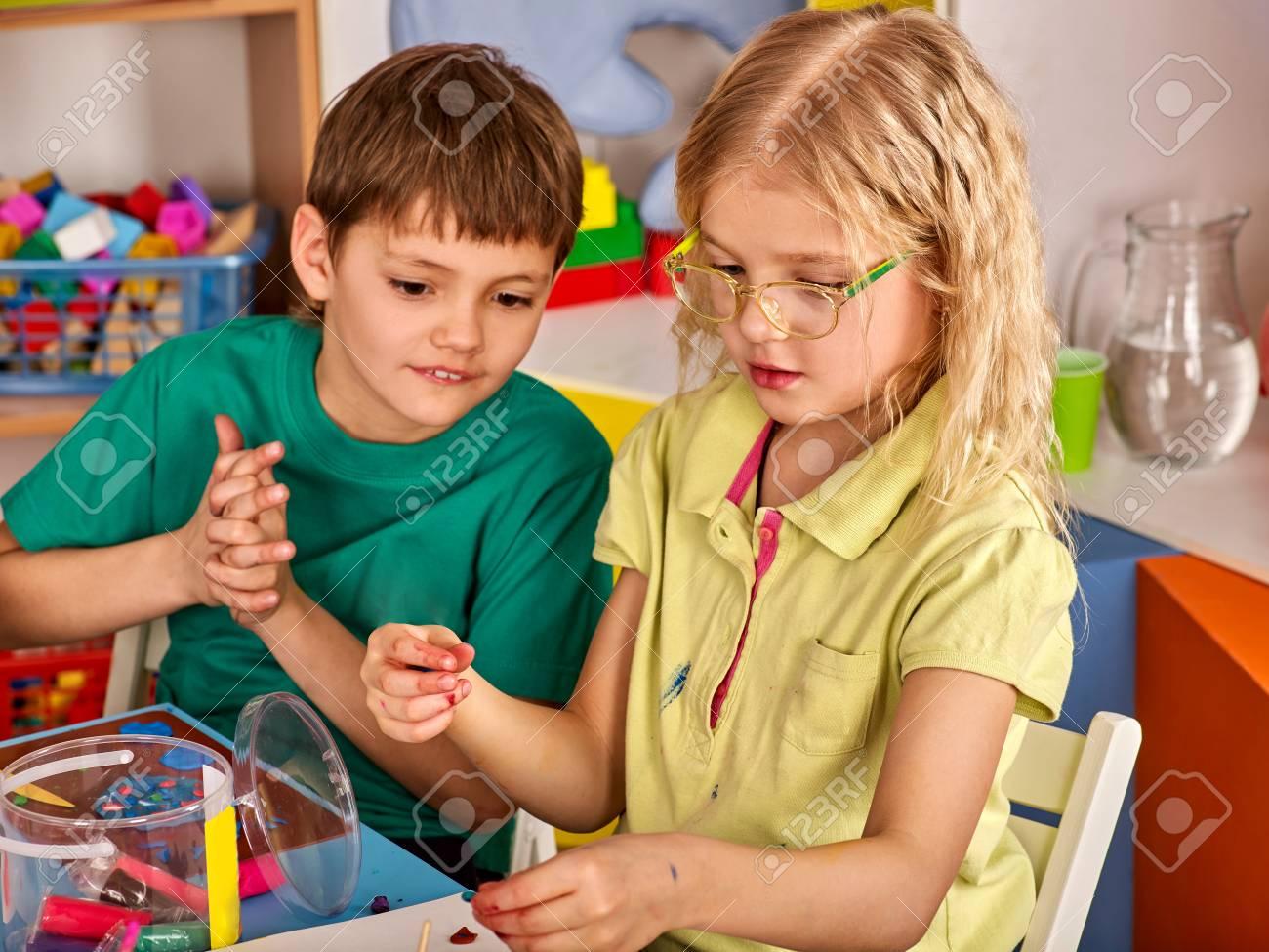 Plastilina Plastilina En La Clase De Los Niños. Los Niños Juntos ...
