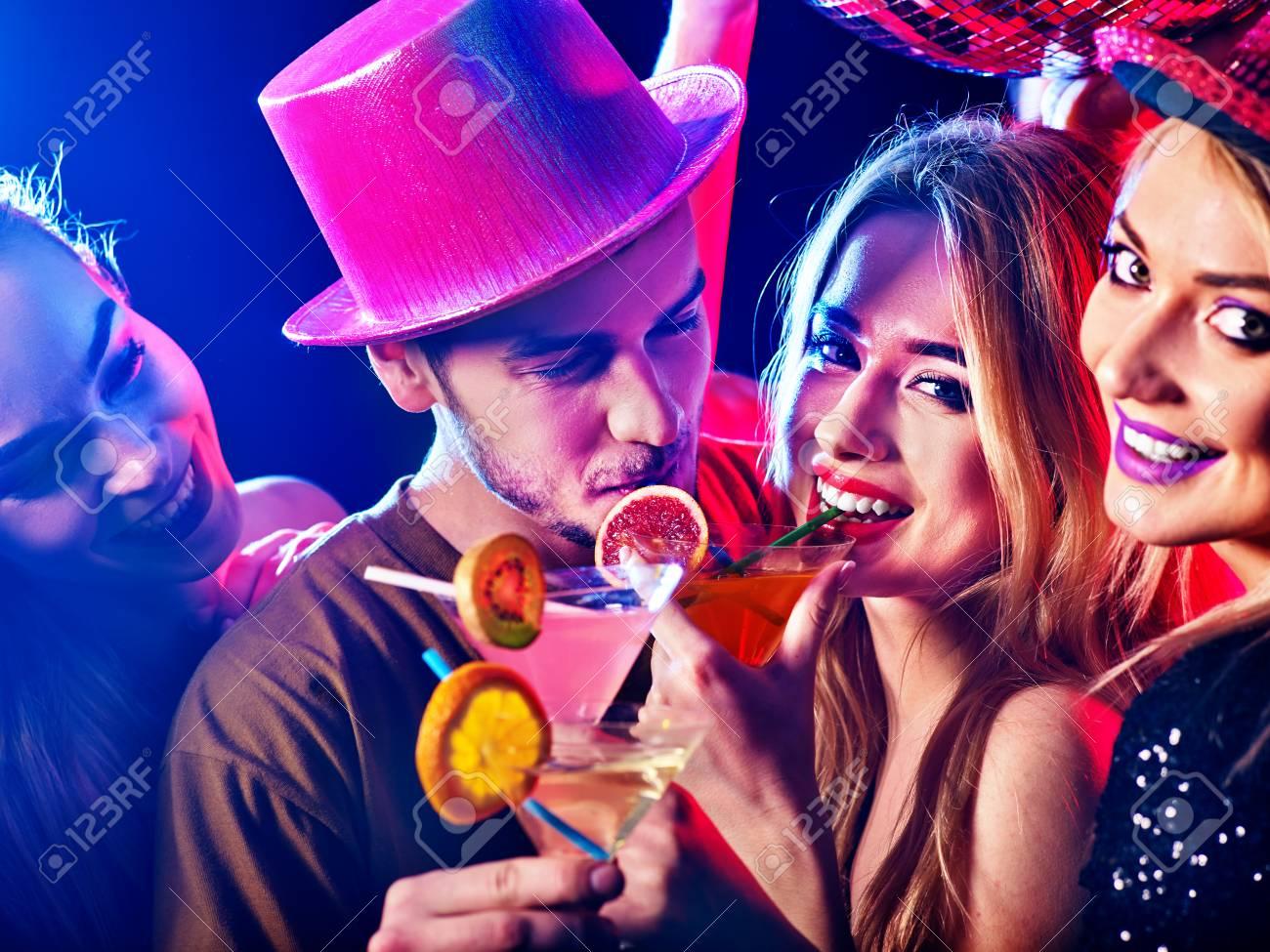 Cóctel Para Pareja En Amor Disco Baile Y Bebida. Las Mujeres Felices ...