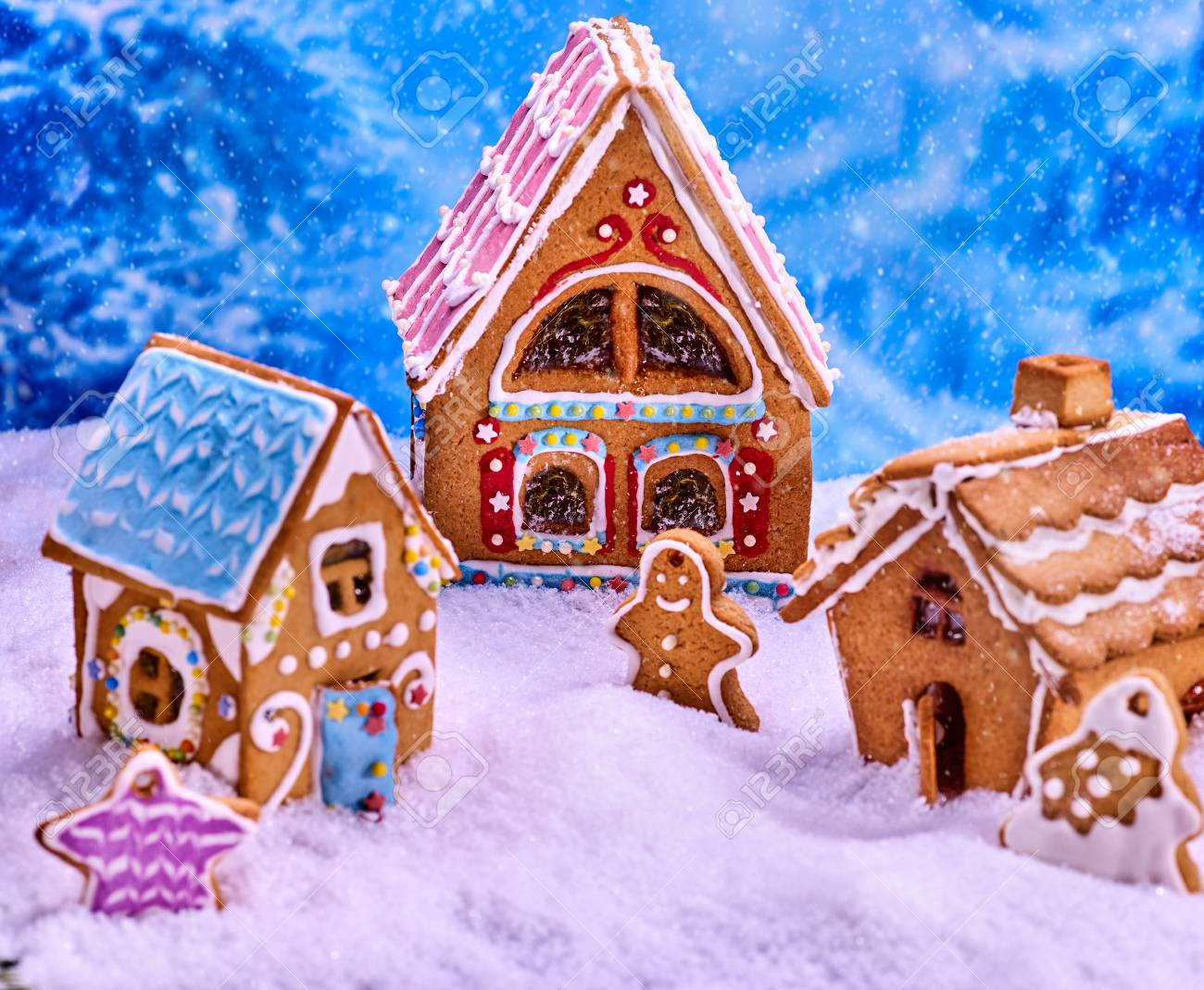 Christmas Tree With Ginger Bread House Cookies And Gingerbread Man For Xmas Gingerbread Man Food On Winter Morning Background Childrens Exhibition Of Gingerbread Products Banco De Imagens Royalty Free Ilustracoes Imagens E