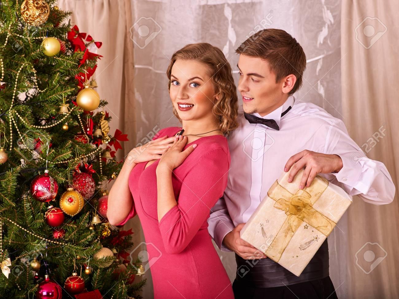 Paare Auf Party Nahe Weihnachtsbaum Nehmen Geschenkbox- Und ...