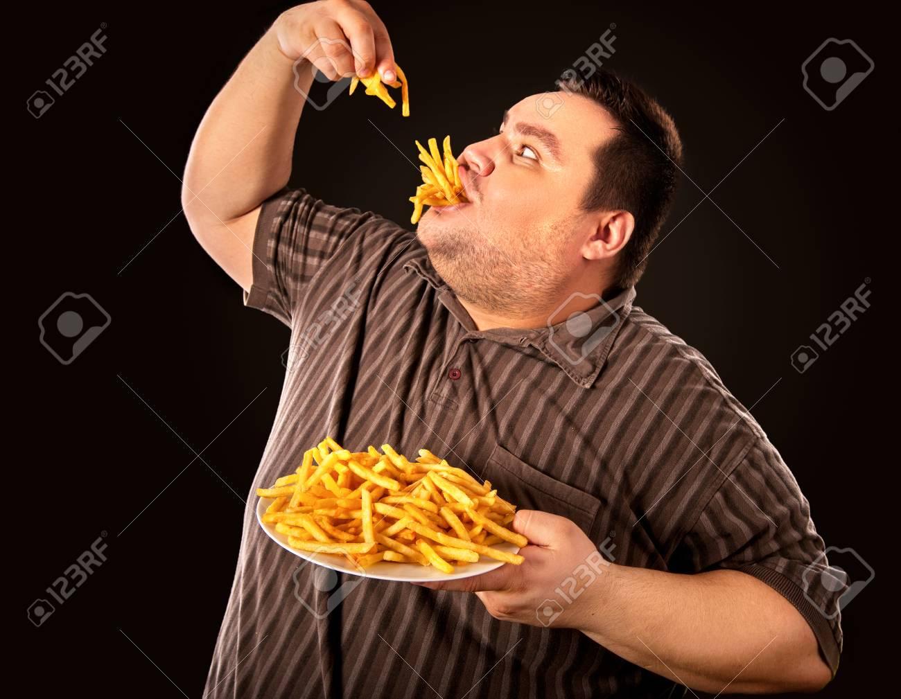 Fracaso De La Dieta Del Hombre Gordo Comiendo Comida Rápida. Persona Con Sobrepeso Que Echó A Perder Alimentos Saludables Al Comer Papas Fritas. La Comida Chatarra Conduce A La Obesidad. La Persona