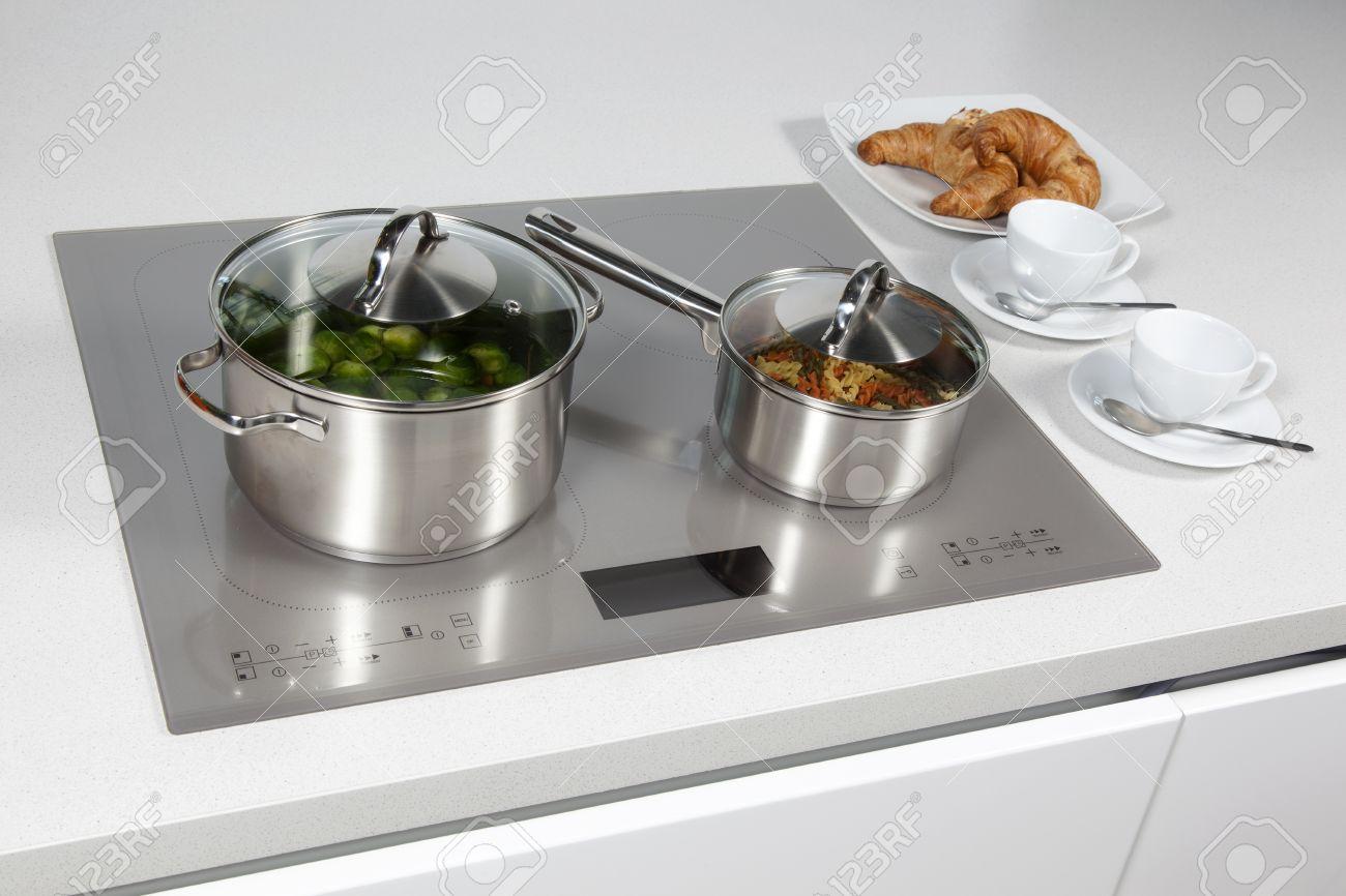 archivio fotografico grigio piano cottura a induzione vetro in cucina