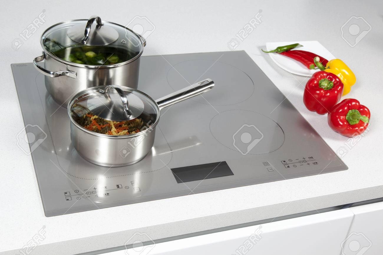 grigio piano cottura a induzione vetro in cucina foto royalty free ... - Induzione Cucina