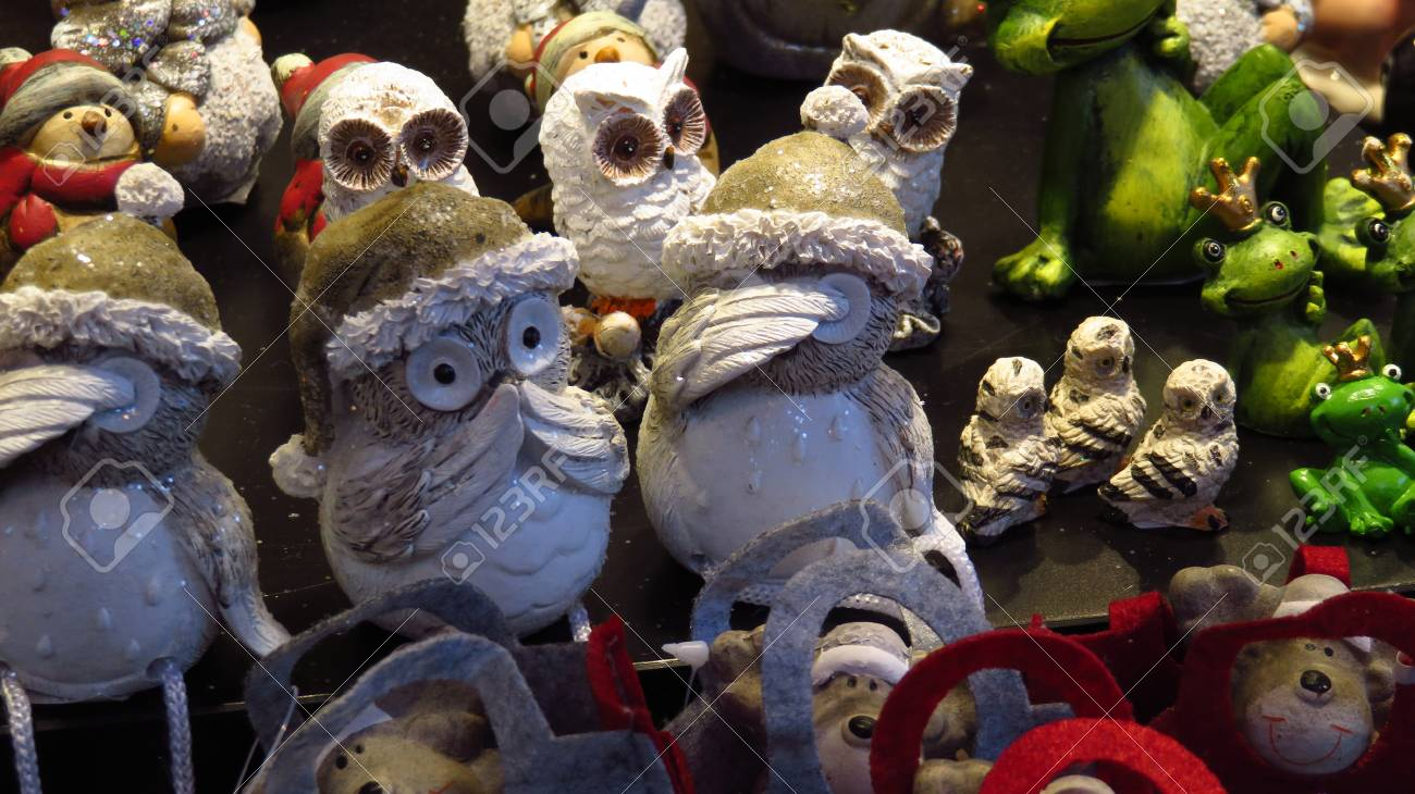 Weihnachtsmarkt Owl.Decorative Christmas Owls With Christmas Hats