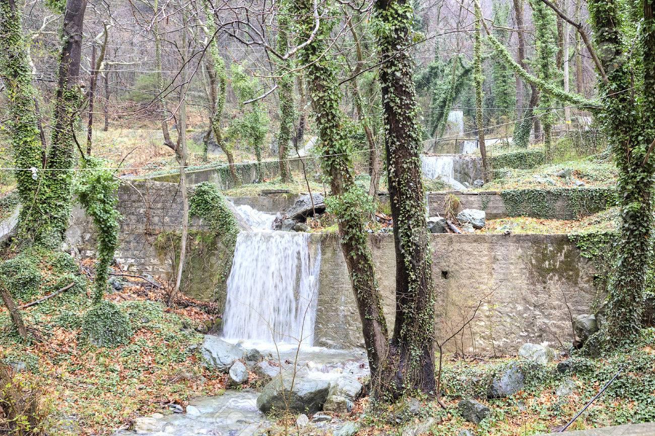 cascada de cascadas artificiales en la montaa voras por la fuente trmica foto - Cascadas Artificiales