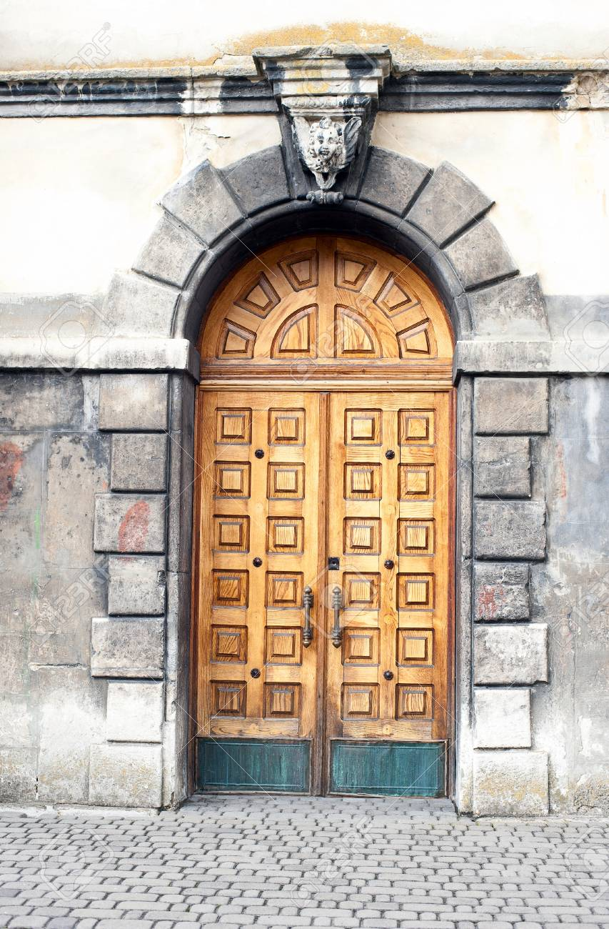 wall and old vintage wooden door Stock Photo - 18903800