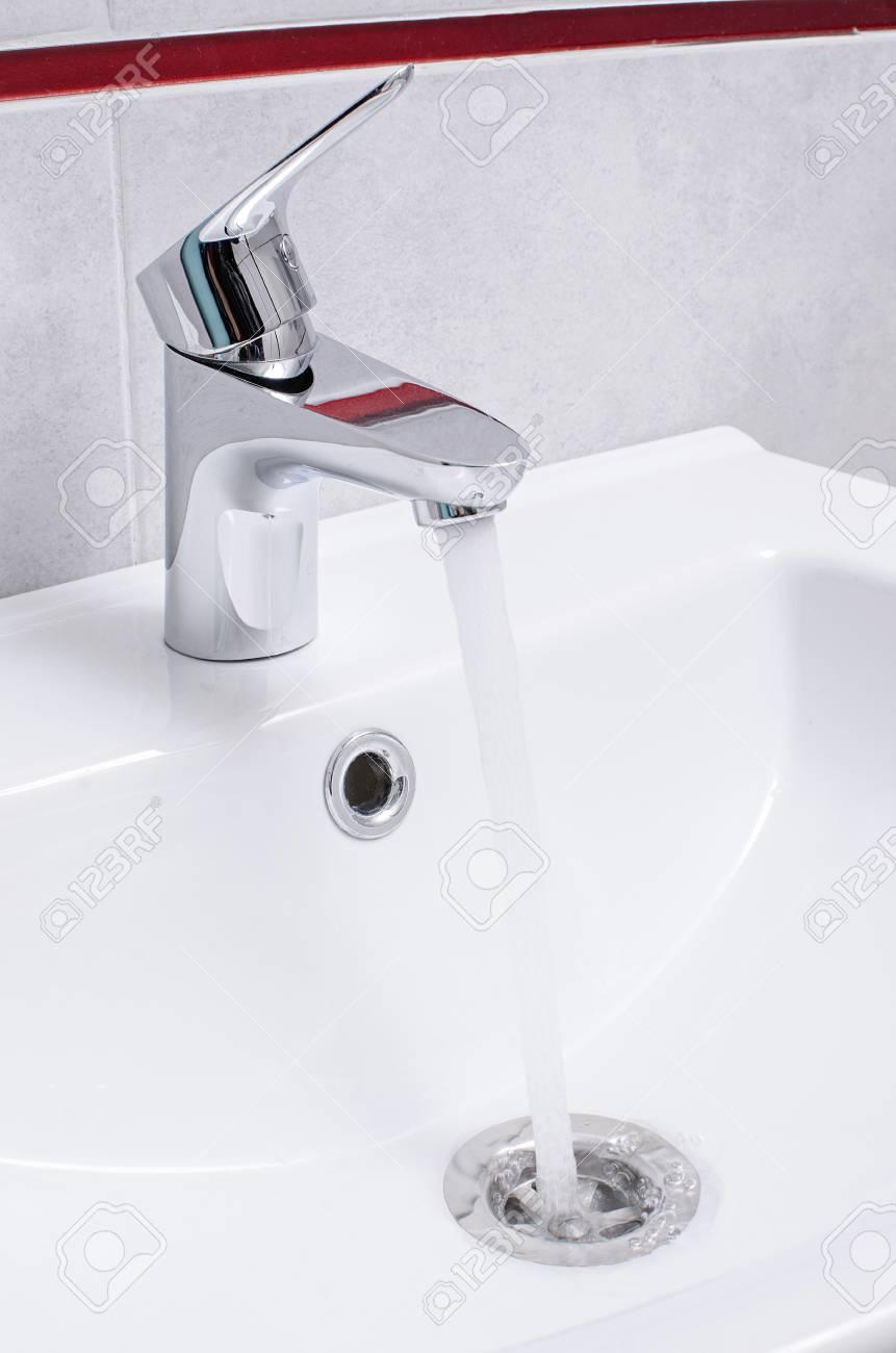 Waschbecken Und Fließendes Wasser Aus Dem Wasserhahn In Chrom ...