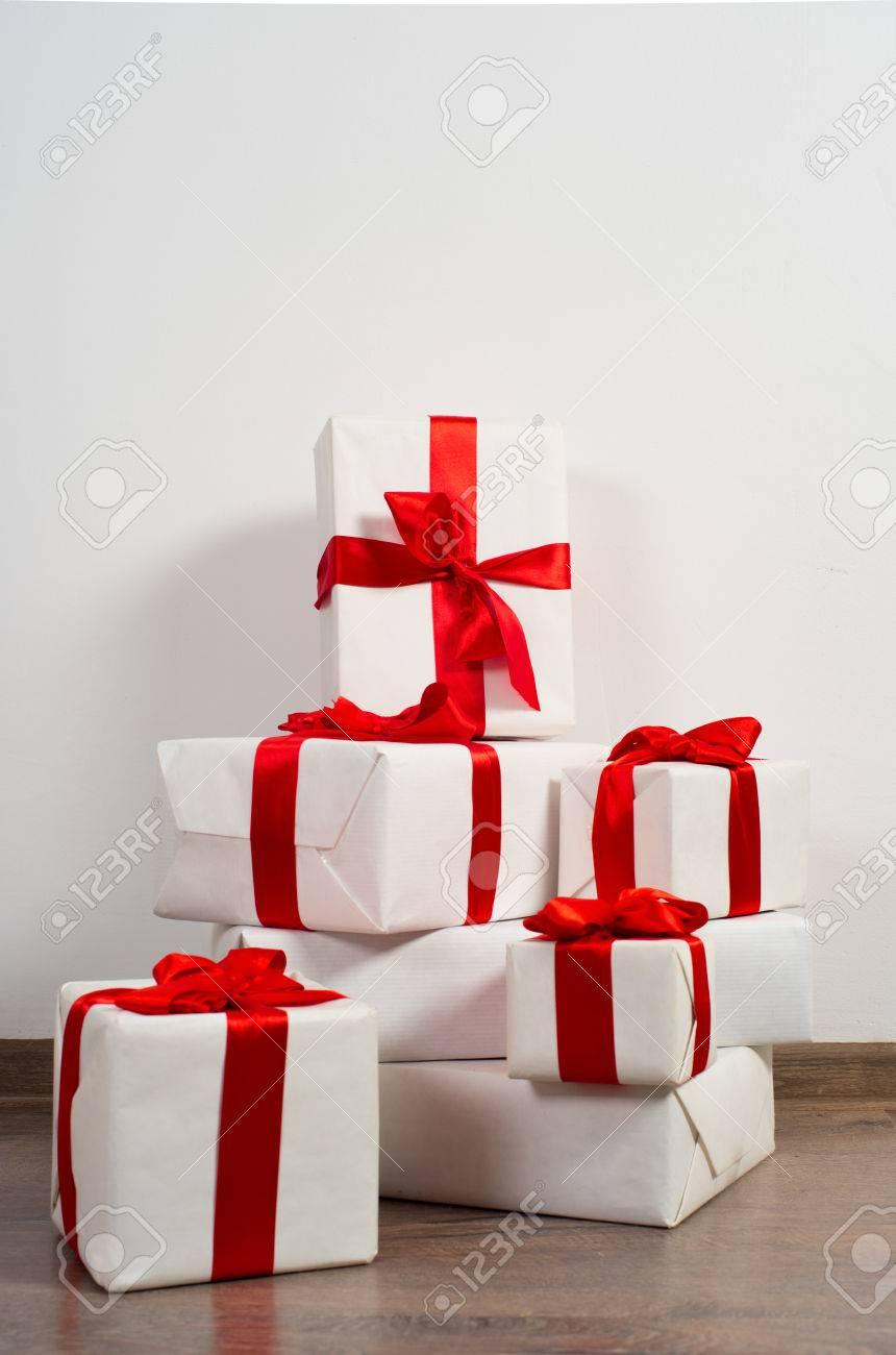 Ein Stapel Weihnachtsgeschenke In Der Bunten Verpackung Mit Bändern ...