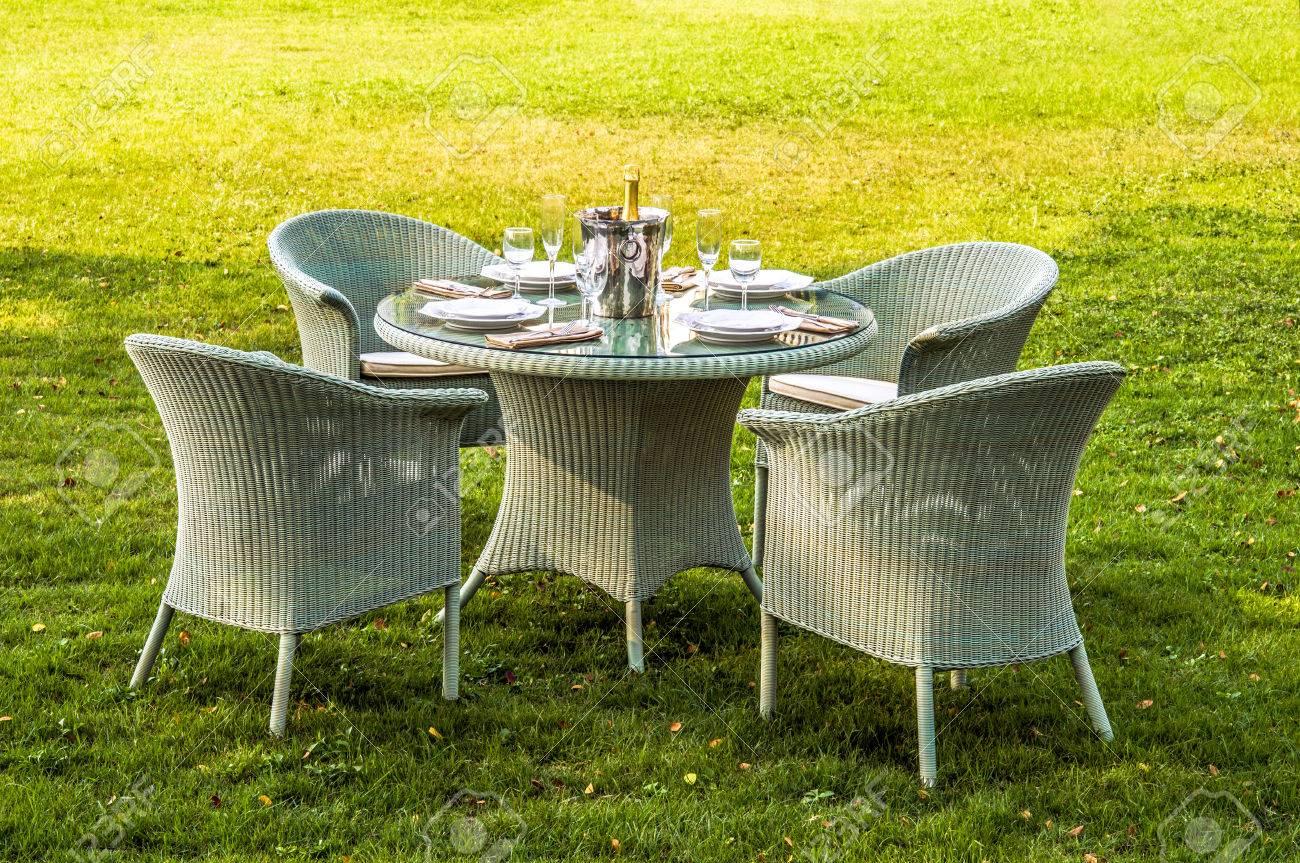 Weiß Rattan-Möbel, Tisch, Stühle Und Kissen Draußen Im Garten ...