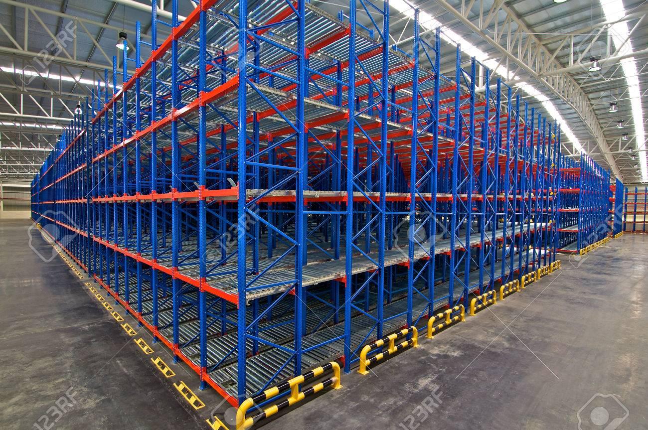 Distribution center warehouse storage pallet racking system Stock Photo - 64400706 & Distribution Center Warehouse Storage Pallet Racking System Stock ...