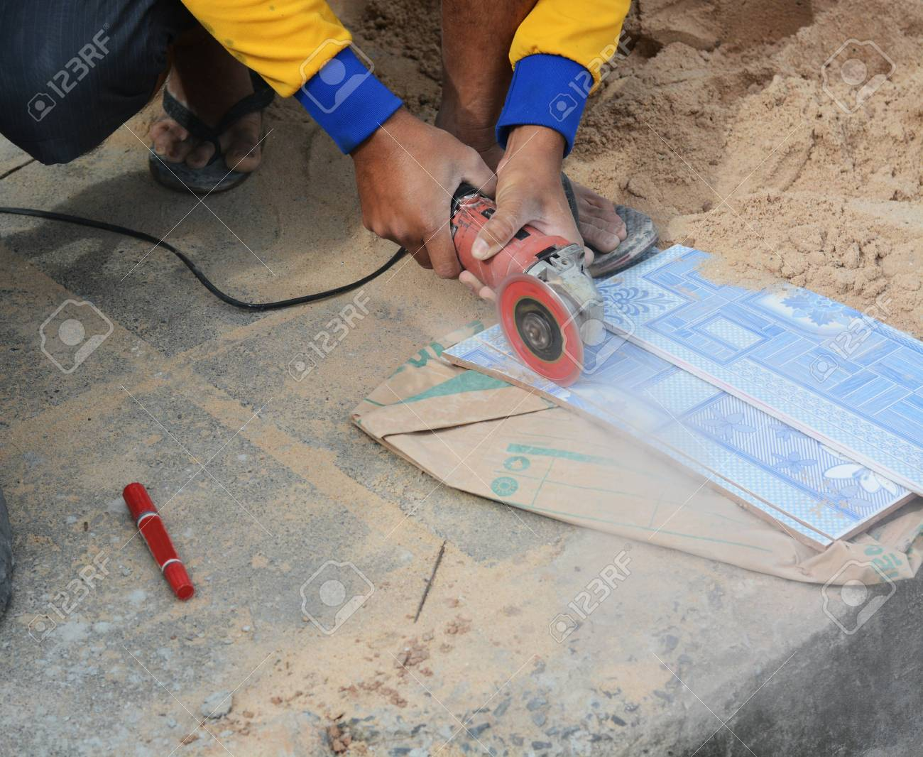 Lavoratore macina taglia una pietra il lavoratore strumento