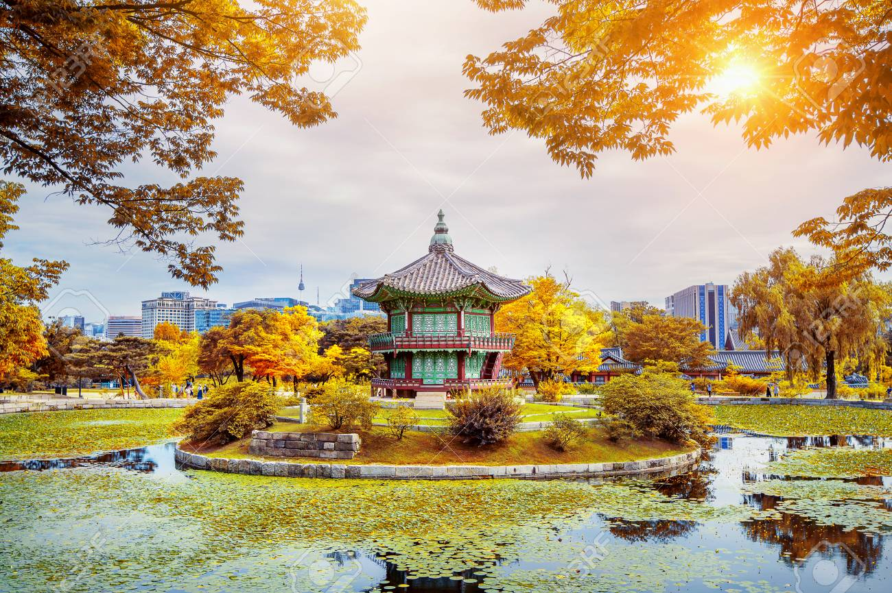 82310684-gyeongbokgung-palace-in-autumn-