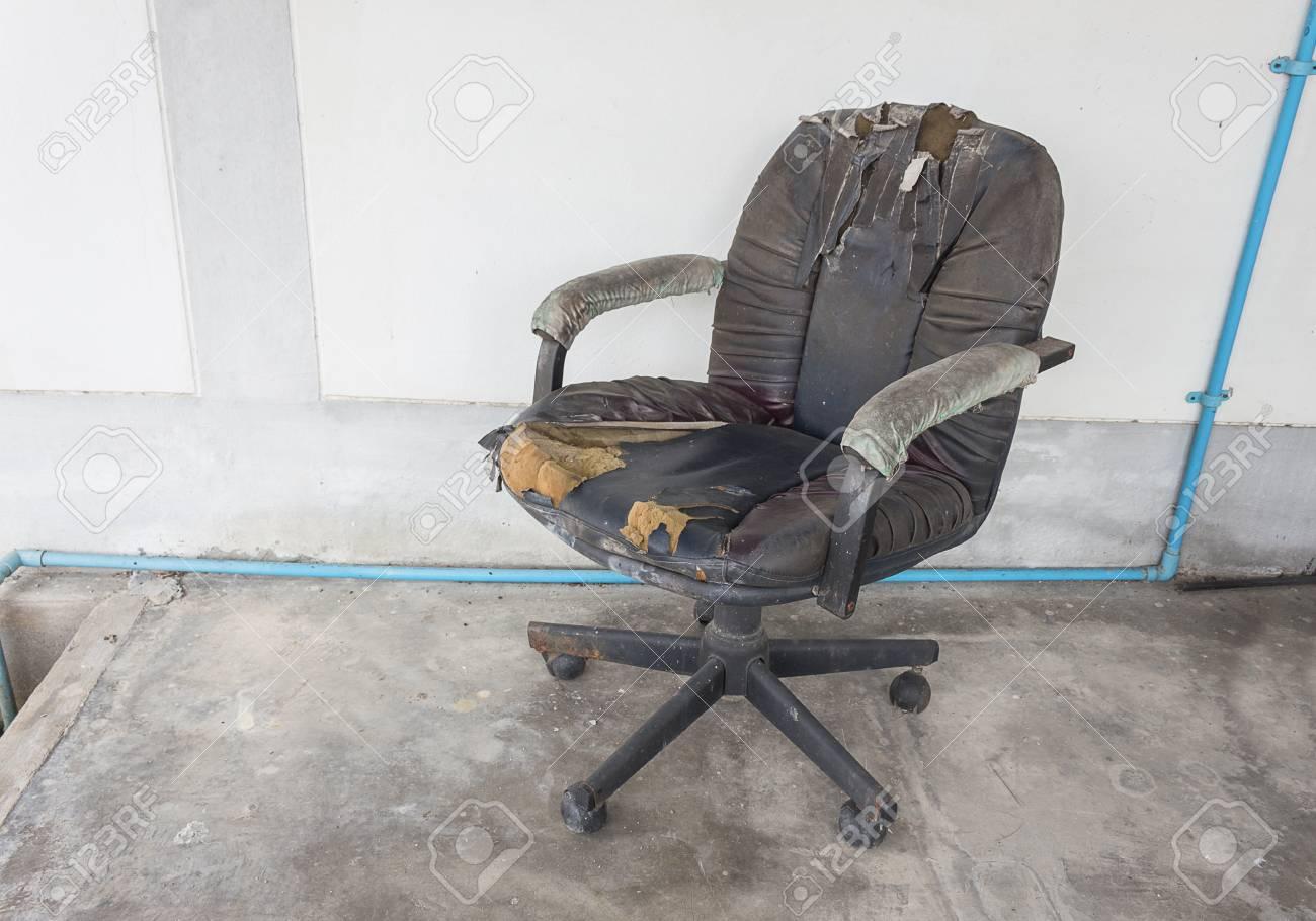 Sedie Da Ufficio In Pelle : Immagini stock sedia da ufficio nera vecchia pelle danneggiata e
