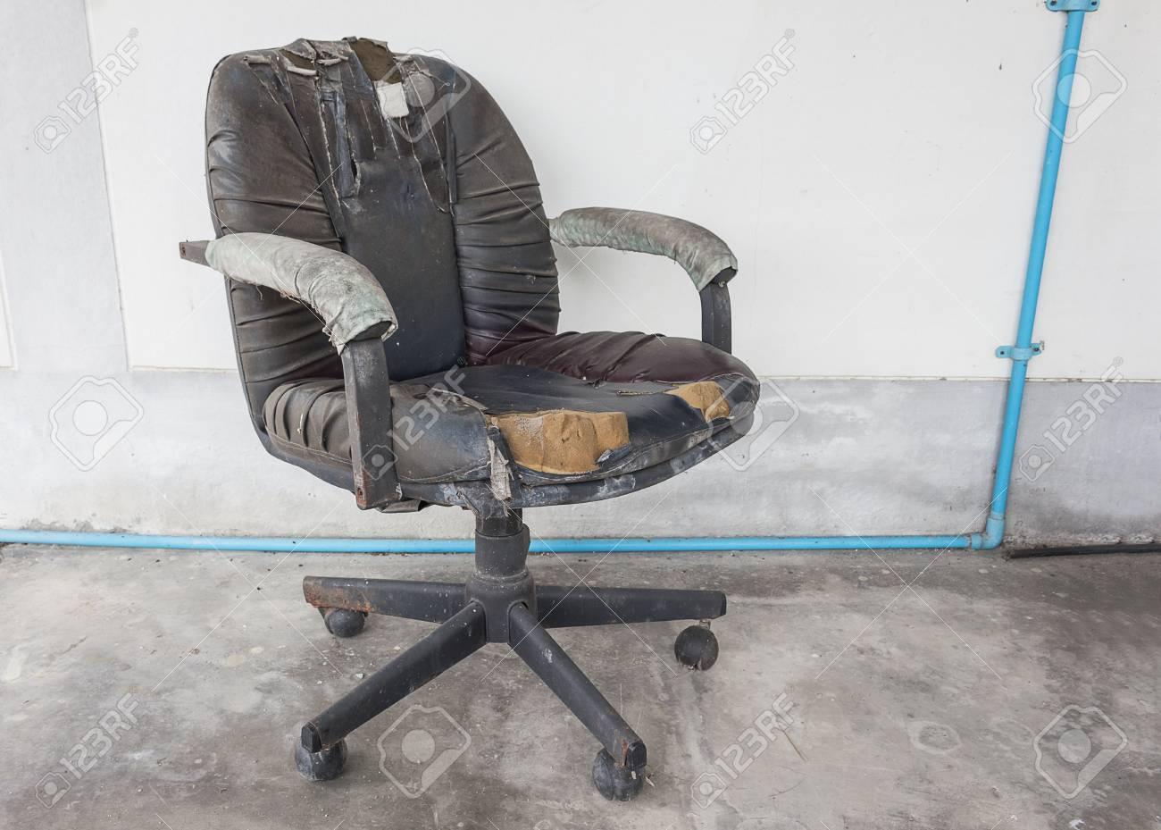 Immagini stock sedia da ufficio nera vecchia pelle danneggiata e