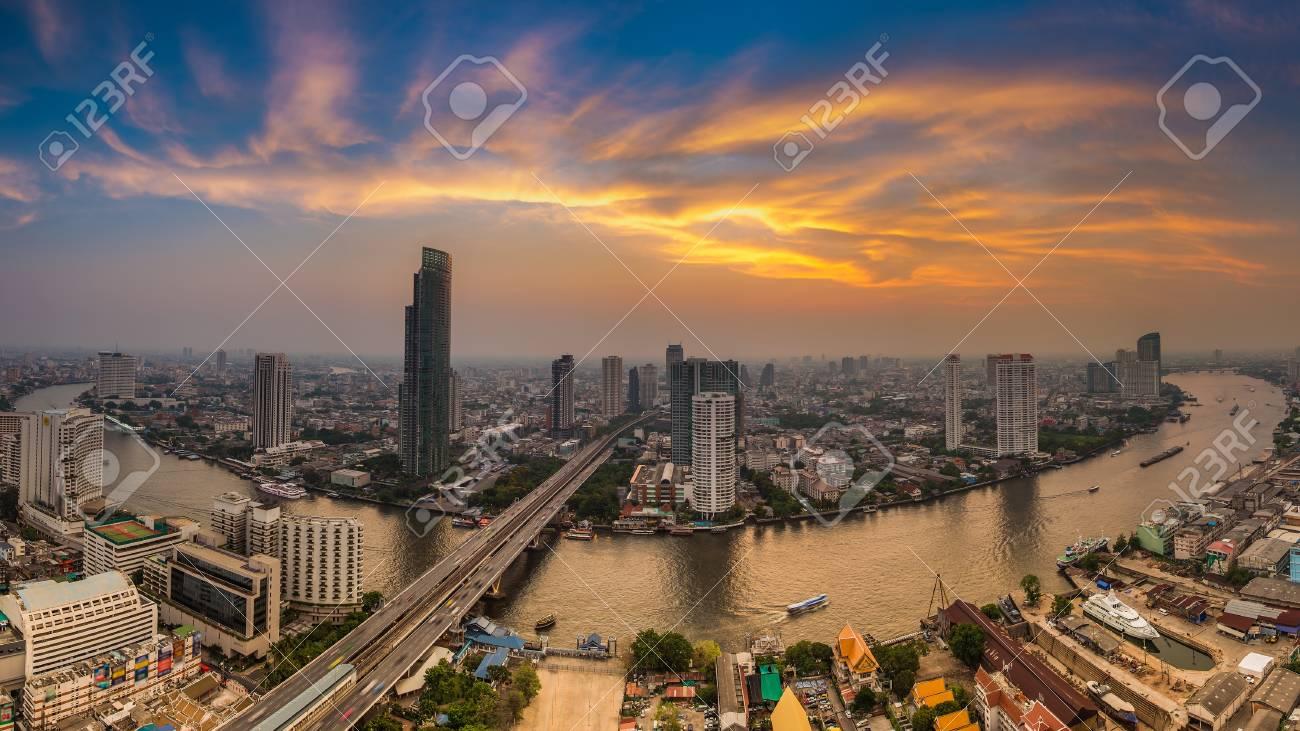美しい空を背景にわん曲撮バンコク市川 の写真素材・画像素材 Image ...