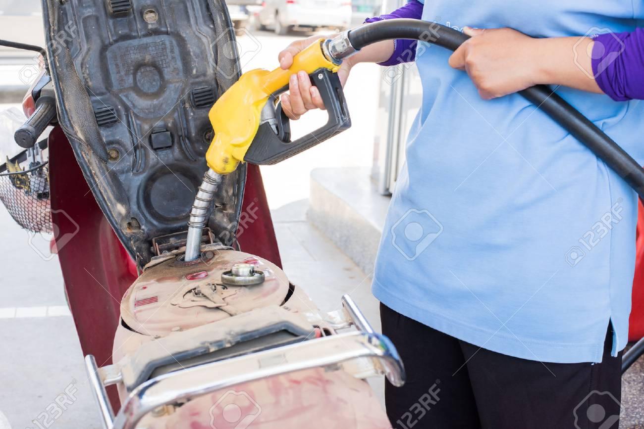 ガソリン スタンドでバイクに注いで手燃料ノズル の写真素材・画像素材 Image 38006520.