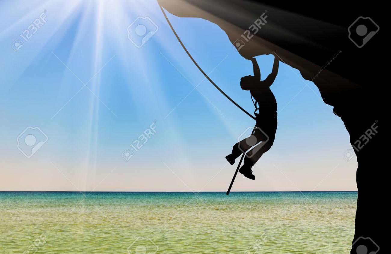 忍耐力の概念。シルエット クライマーは着実に山を登る の写真素材 ...