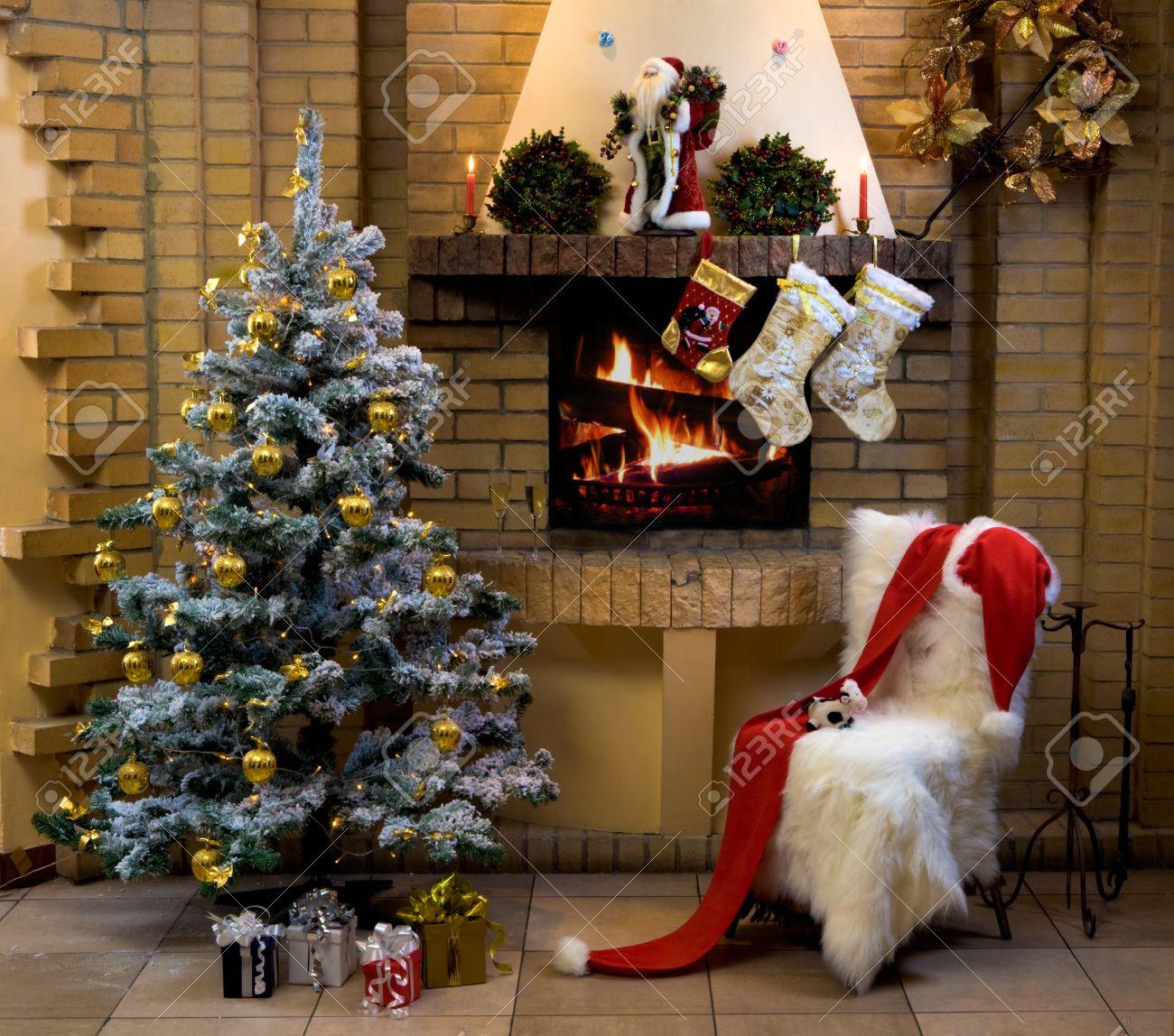 Natale Sala Con Camino, Una Sedia, Presenta Sotto Abete Decorato E ...