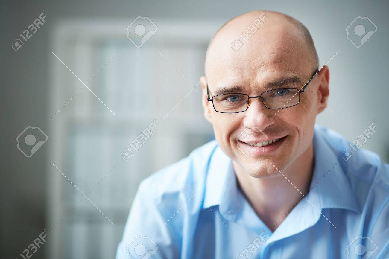 Portrait of attractive businessman in eyeglasses looking at camera - 31225593