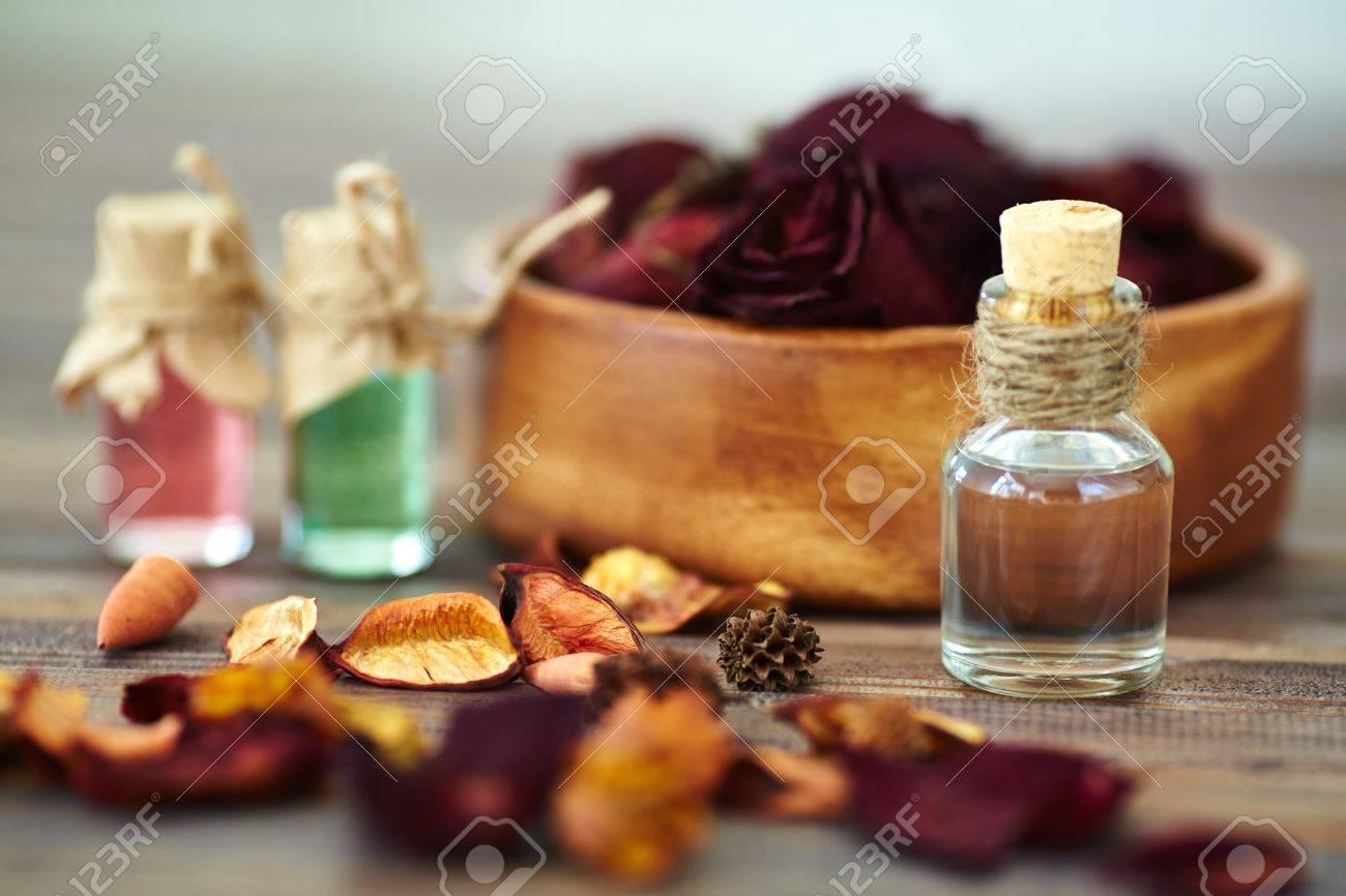 824b50972 Foto de archivo - Seco de pétalos y esencias aromáticas se levantó en  pequeñas botellas