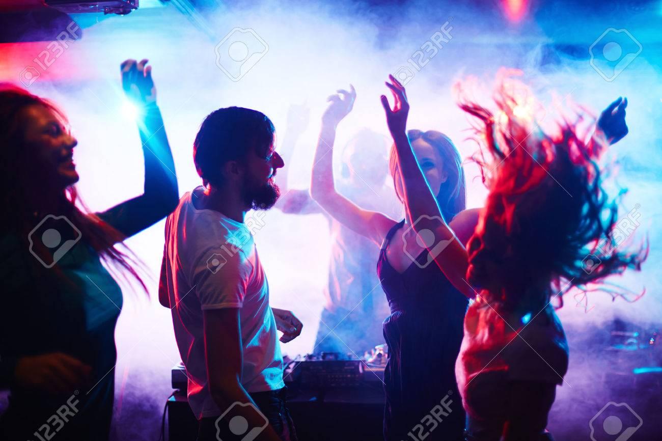 Resultado de imagem para jovens dançando em casa noturna