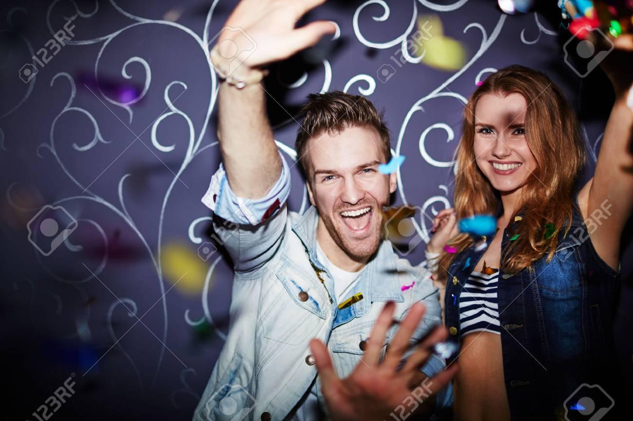 a10a2531127a0 Eufórico pareja divirtiéndose en la fiesta Foto de archivo - 40023416