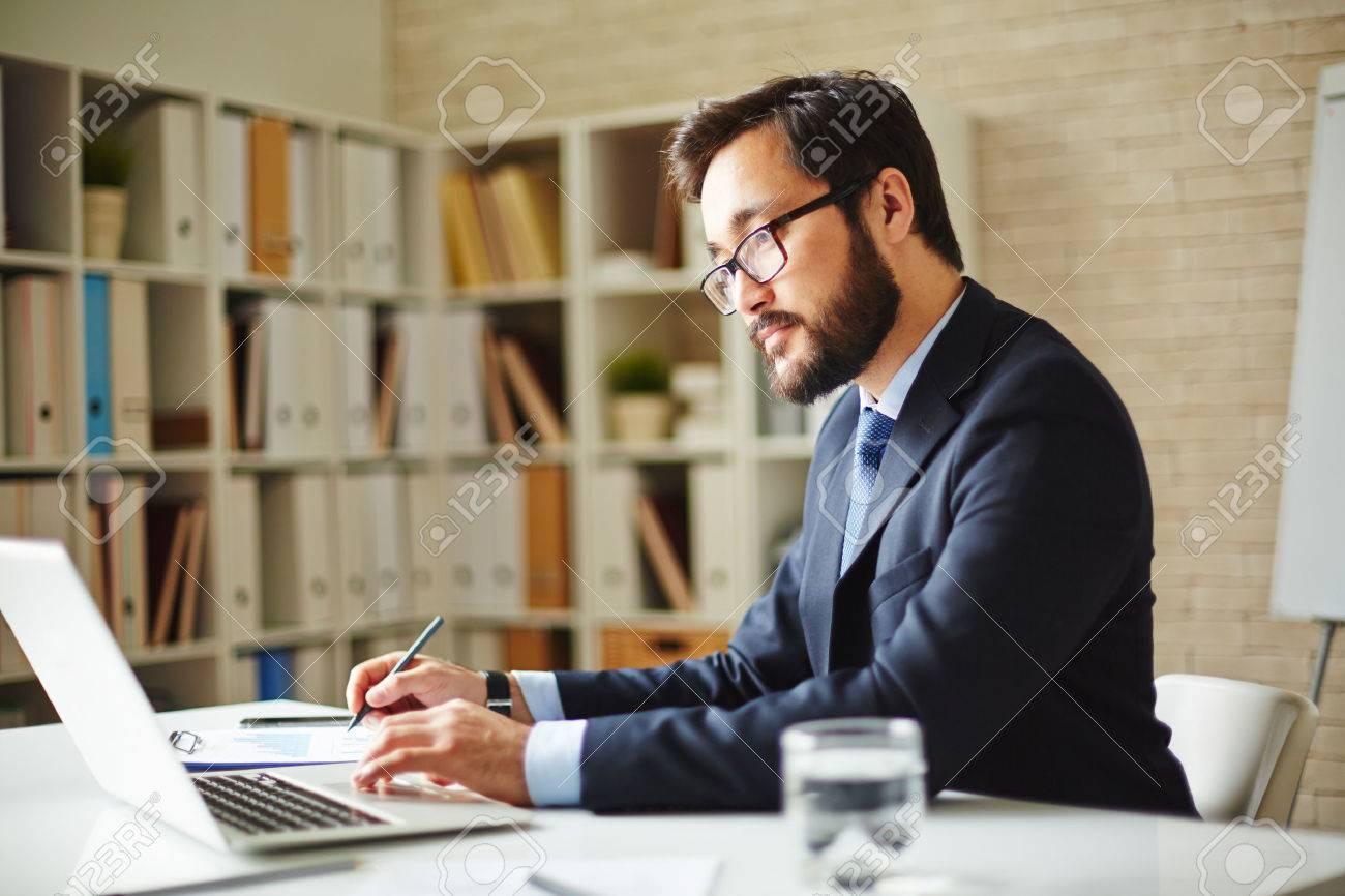 Homme navigation employé de bureau dans un ordinateur portable